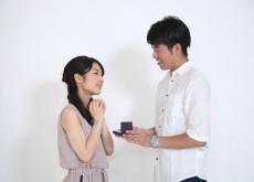 成功率が変わる?プロポーズ時に婚約指輪を渡すのは「あり」か「なし」か