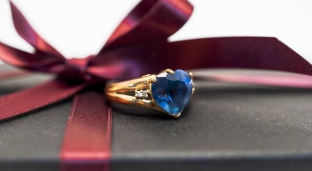 プロポーズで指輪と一緒に渡せる aのプレゼントまとめ