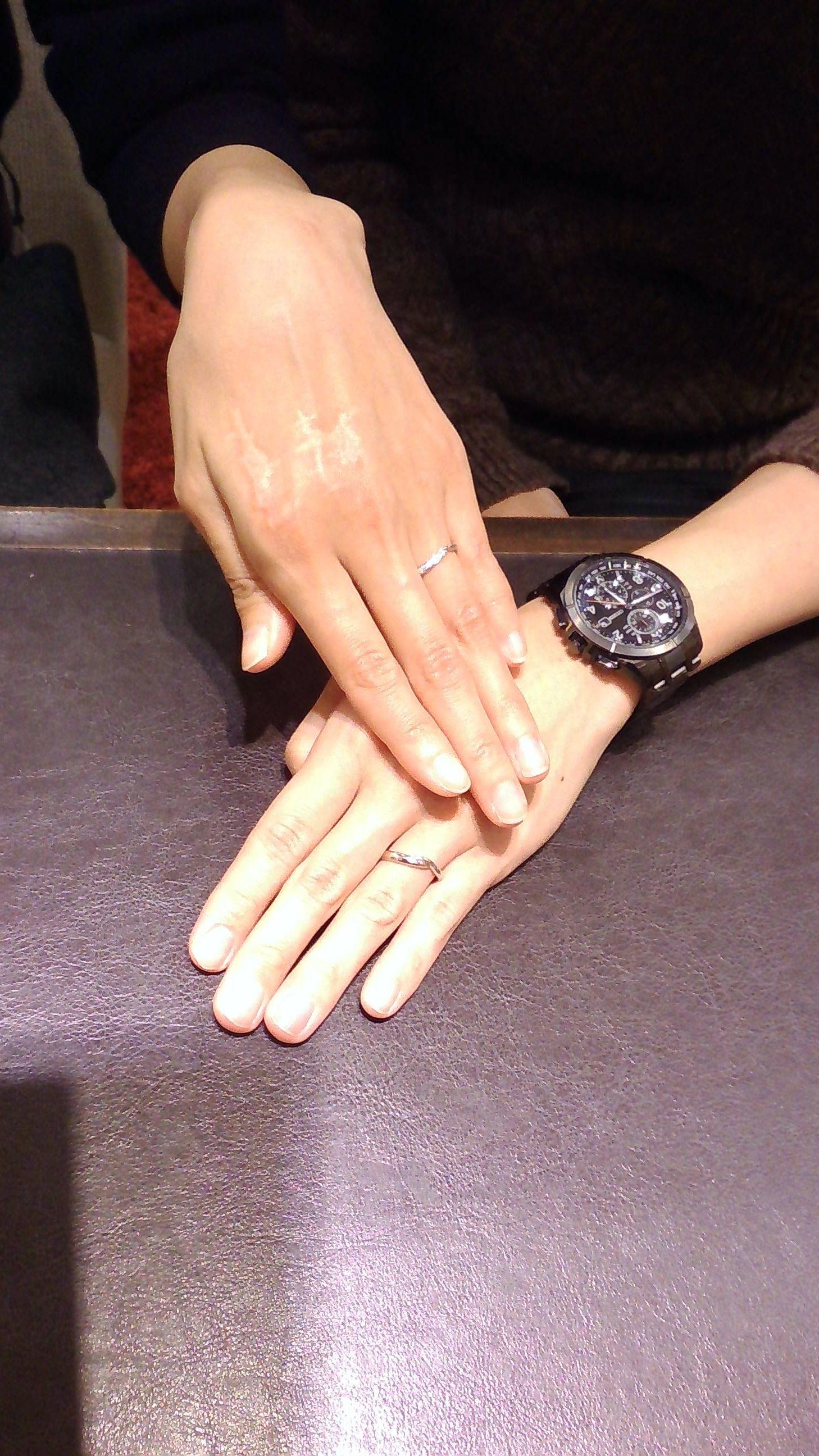 ピンクゴールドの指輪が展開されていたのイメージ